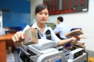 Vì sao Fed nâng, Việt Nam lại hạ?