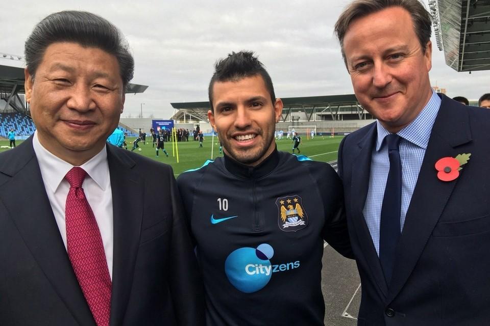 Chủ tịch Tập Cận Bình và Thủ tướng Anh David Cameron đi thăm CLB Manchester City.